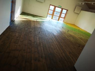 Basutställningens nymålade golv